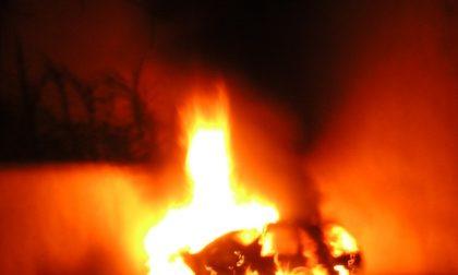 Auto in fiamme. Si cerca il piromane