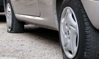 Sassi e ghiaia sull'asfalto, pneumatici squarciati