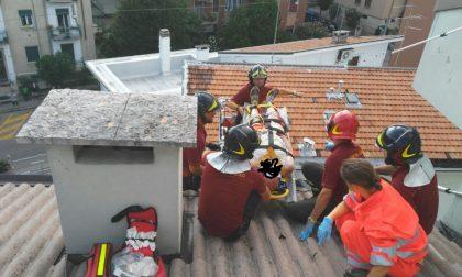Scivola mentre sistema l'antenna sul tetto: salvato