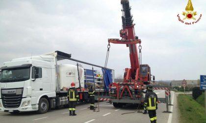 Camion rischia di perdere il carico, intervengono i Vigili del fuoco