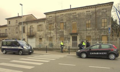 I Carabinieri sgombrano un immobile occupato da clandestini