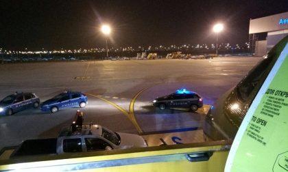 Lite sull'aereo, la Polizia blocca il volo