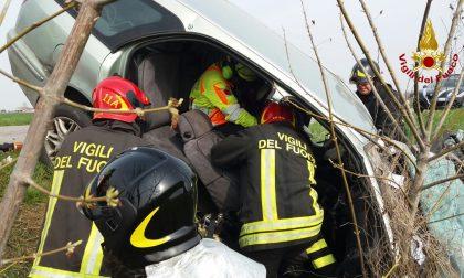 Scontro tra auto e camion: due feriti, uno è grave - Le FOTO