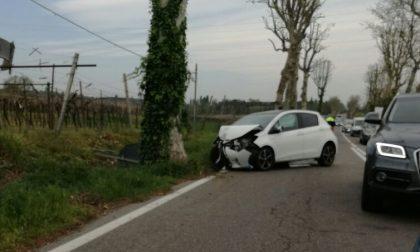 Auto contro albero, paura a Bosco di Sona
