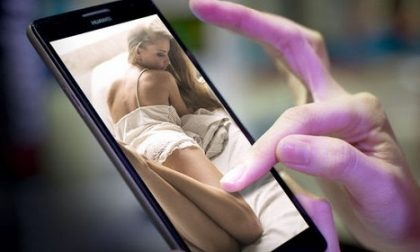 La moglie ha le foto hot sul telefono, lui la picchia