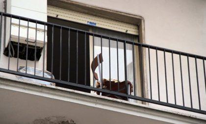 Si butta dalla finestra, 20enne tenta il suicidio