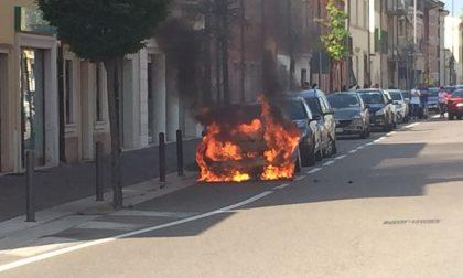 Auto in fiamme, paura in via Quadrato