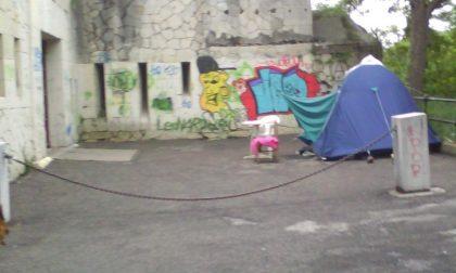 Dormivano in tenda a fianco del Forte, multati
