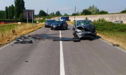 Frontale tra due auto, feriti un uomo e una donna