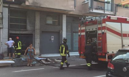 Garage in fiamme, paura in via Cantore