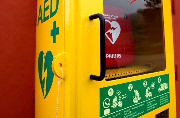 Torna attivo il defibrillatore distrutto dai vandali in via Mazzini