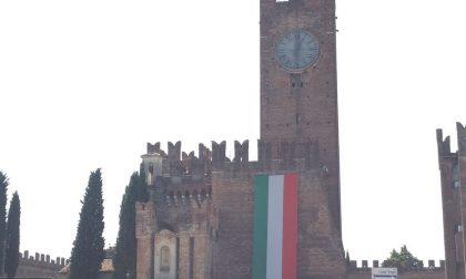 Sul castello compare il tricolore per gli Alpini