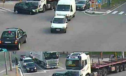 Verona, camion urta auto e la trascina