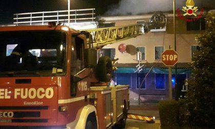 A fuoco il tetto di un'abitazione: le immagini