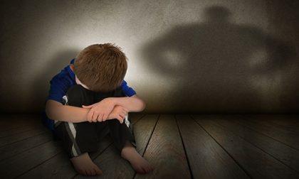 Abusava del fratellino per compiacere un pedofilo: estradato in Italia