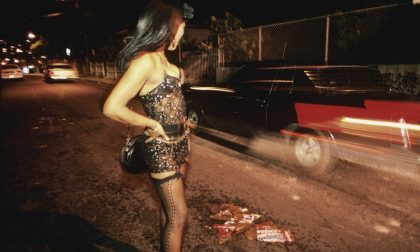 Finge di appartarsi con una prostituta e la rapina