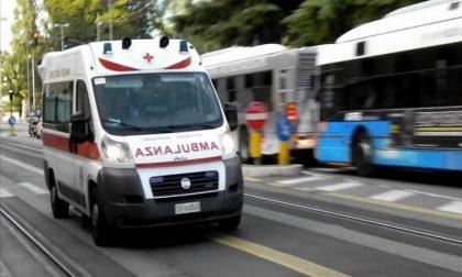 Pedone centrato da un motociclista finisce all'ospedale