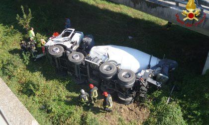 Sfonda il guardrail e cade con betoniera, morto un 46enne