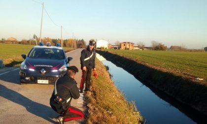 Carabinieri estraggono persona da auto finita in un canale