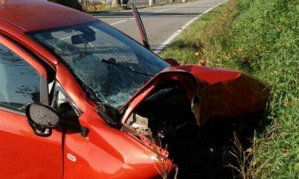 Finisce con l'auto contro un platano, morta una 25enne