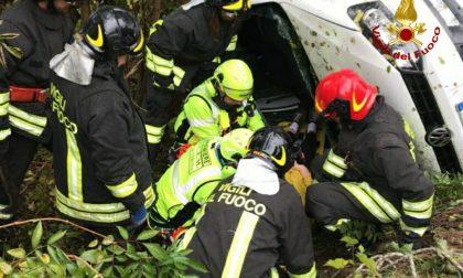 Incidente sulla ss 434, due auto finite nella scarpata. LE IMMAGINI