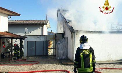 Capannone in fiamme a Begosso. IMMAGINI E VIDEO
