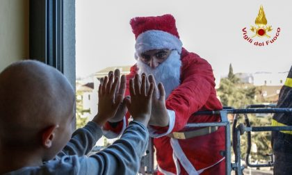 "I pompieri ""Babbi Natale"" per i piccoli malati"