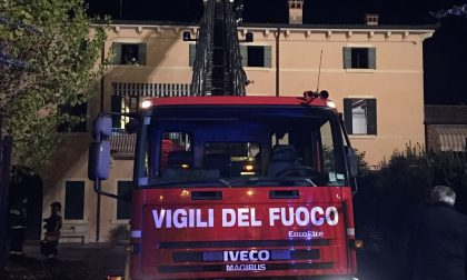 Pompieri al lavoro per incendio in abitazione. LE IMMAGINI