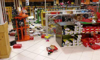 Scoperto a rubare in negozio, lancia scarpe contro i Carabinieri