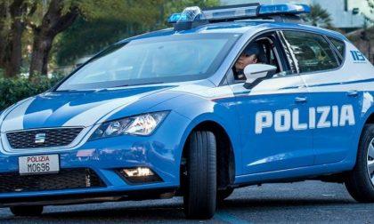 Ubriachi spintonano e buttano a terra due poliziotti