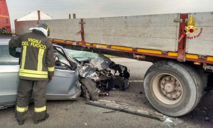 Auto si infila sotto tir, grave un 60enne