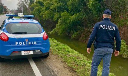 Finisce nel fosso con l'auto, i poliziotti gli salvano la vita