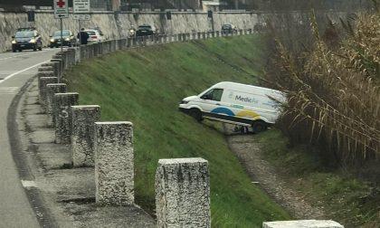 Furgone esce di strada e rischia di finire nell'Adige