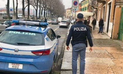 Infrange il vetro di un'auto in sosta, arrestato