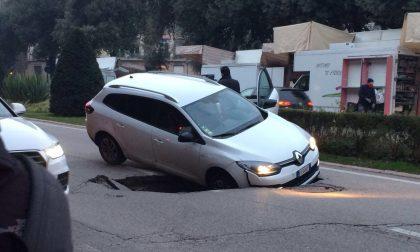 Voragine in Corso Porta Nuova, auto inghiottita