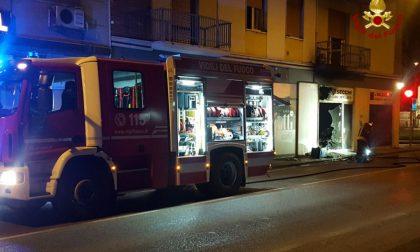 Incendio Verona in fumo negozio di materassi FOTO e VIDEO