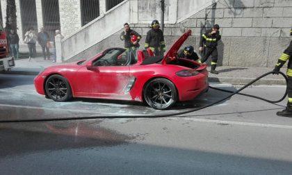 Auto sportiva prende fuoco a Salò