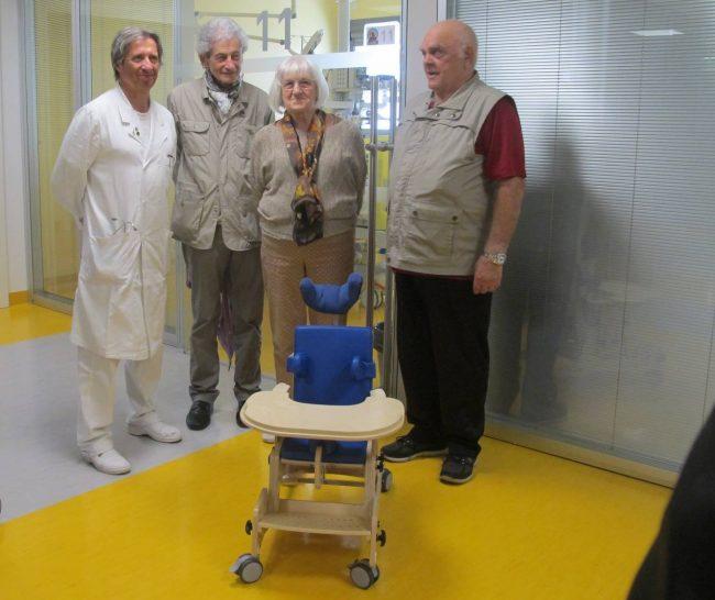Donazione in un ospedale veronese. Per i cinquantuno anni dalla fondazione, una sedia per bimbi con deficit neurologici.