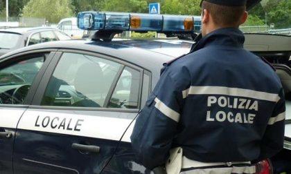 Chiodi vicino alle auto parcheggiate tra l'Arsenale e Borgo Trento