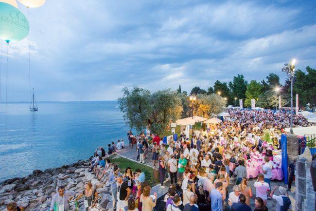 Aperitivo sotto le stelle. Torna il 7 agosto aBardolino, sul Lago di Garda, una vetrina unica della produzione enologica e gastronomica del territorio a disposizione di tutti i partecipanti.