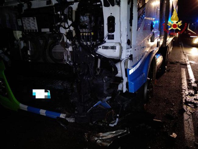Incidente mortale in Porcilana. Un ragazzo di 22 anni ha perso la vita nello scontro fatale con il mezzo pesante.