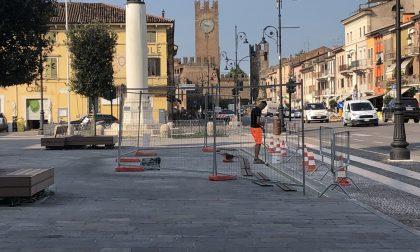 Lavori in corso sulla fontana in piazza a Villafranca