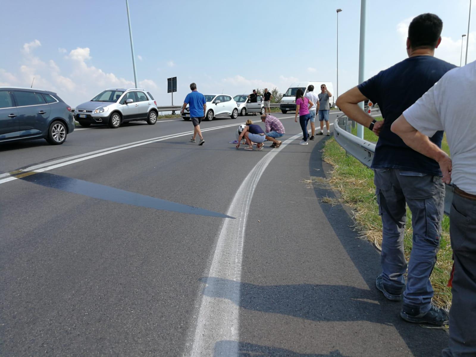 Motociclista scivola in piena curva all'uscita della ...