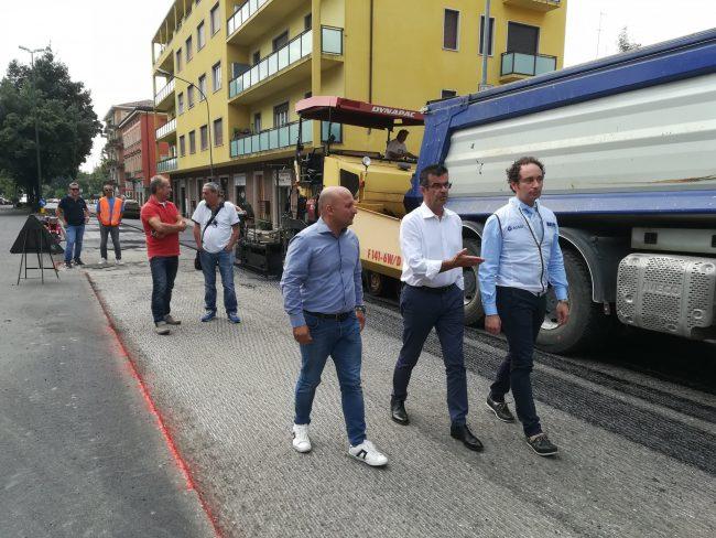 Riqualificazione di via Mameli. Proseguono i lavori di sistemazione definitiva dell'asfalto e dei sotto-servizi. Fine prevista per il 18 luglio.