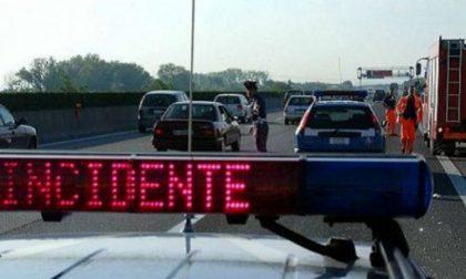 Auto si ribalta in autostrada, ferito il conducente