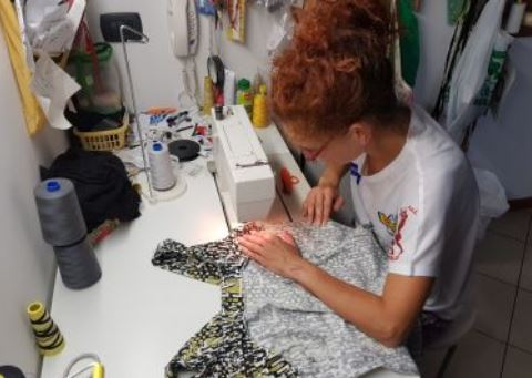 Dal disegno e dal taglio di tessuti nel suo negozio di sartoria alla grande passione per la corsa. Susanna, spirito creativo in una donna di ferro, a 50 anni è un'ultramaratoneta.