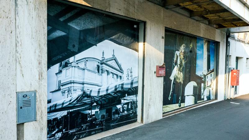 Sfitti sì, brutti no: le vetrine dei negozi le copriamo con cartoline giganti