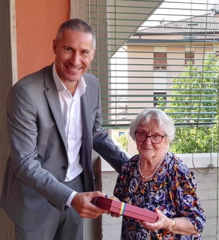 Signora dell'otto festeggia i suoi cent'anni. I numeri sono semrpe stato il suo forte. Ecco le cento candeline dell'insegnante di matematica Alma.