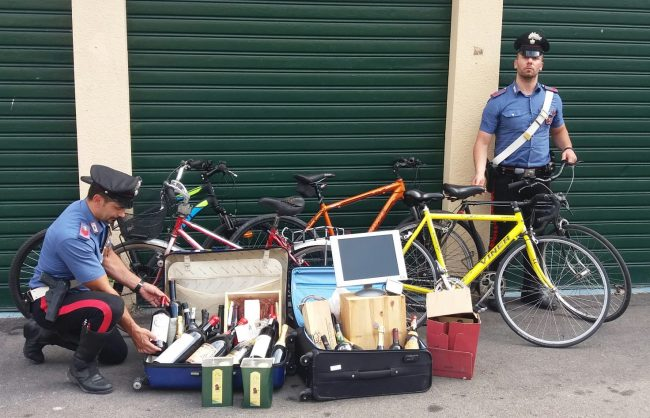 Valigie piene di oggetti rubati