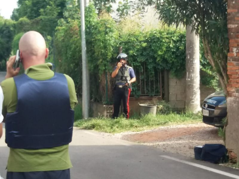 Minaccia di uccidere la famiglia con il fucile e si barrica in casa. Pericolo scampato a Legnago grazie ai carabinieri e ai negoziatori.